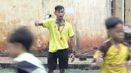 Video: Người thầy đặc biệt dạy bóng đá miễn phí cho trẻ