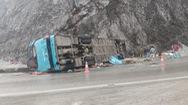 Video: Hiện trường vụ xe khách lật khi đổ đèo làm 2 người chết ở Hòa Bình