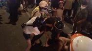 Video: Người vi phạm nồng độ cồn chống đối CSGT, gây hỗn loạn tại ngã tư Hàng Xanh