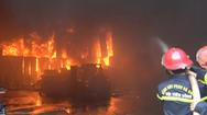 Video: Cháy lớn tại kho hàng ở Vinh