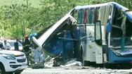 Video: Xe buýt và xe tải đâm nhau, ít nhất 52 người thương vong