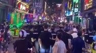 Video: Hai nhóm thanh niên ẩu đả, ném chai lọ gây náo loạn phố đi bộ Bùi Viện