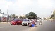 Video: Đụng xe, người đàn ông bỏ mặc phụ nữ đi cùng để đuổi theo… con chó!