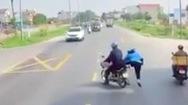 Video: Người phụ nữ nhảy khỏi xe máy khi nghe tiếng còi container