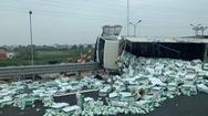 Video: Xe tải lật trên cao tốc, hàng trăm thùng sữa văng xuống đường