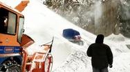 Video: Cứu 5 người trong ô tô bị tuyết vùi lấp ở Ấn Độ