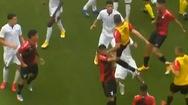 Video: Cầu thủ tung cú song phi khiến đối phương ngã ra sân ở Brazil