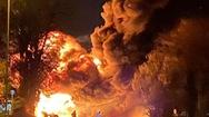 Video: Xe tải phát nổ, bốc cháy dữ dội bên ngoài trạm xăng