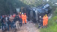 Video: Xe buýt mất lái rớt khỏi cầu vượt, 40 người thương vong