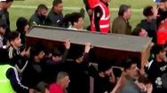 Video: CĐV khiêng quan tài HLV qua đời vì COVID-19 ùa vào sân