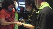 Rạp chiếu phim cung cấp dung dịch rửa tay, khẩu trang miễn phí chống virut corona
