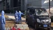 Video: Vợ viện trưởng Vũ Xương khóc ngất trong phút tiễn biệt chồng qua đời vì virus corona
