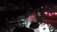 Video: Xe 7 chỗ nổ lốp lao xuống mương thoát nước, 6 người thoát chết