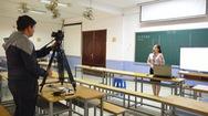 Dạy học mùa dịch, một mình giảng viên giữa lớp học trống trơn