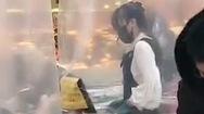 Video: Bán hàng qua tấm chắn nilông trong thời dịch COVID ở Trung Quốc