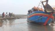Video: Hàng chục người giải cứu tàu chìm