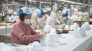 Góc nhìn trưa nay | Công nhân tăng ca sản xuất khẩu trang phòng virus corona