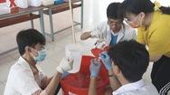 Học sinh tự làm nước dung dịch nước sát khuẩn cho trường, lớp