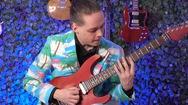 Video: Nghệ sĩ guitar người Đức thể hiện ca khúc Ghen cô Vy