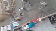 Video: Cảnh sát bị ném đá khi nhắc nhở cách ly phòng dịch COVID-19 ở ẤN Độ