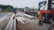 Video: Lật container, gần 100 trụ điện văng ra giữa đường