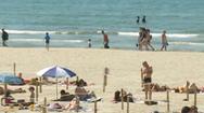 Video: Tắm biển theo kiểu căng dây giữ khoảng cách ở Pháp