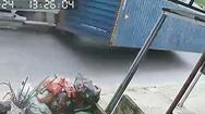 Video: Thùng container văng khỏi xe vì ôm cua ẩu