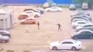 Video: 2 nhóm thanh niên đấu súng rùng rợn ở bãi giữ xe