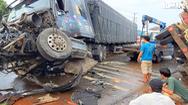 Video: Xe container tông lật xe tải, quốc lộ 1 ùn tắc gần 10km