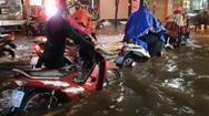 Video: TP.HCM mưa lớn, hàng loạt xe chết máy trong đêm tối