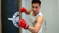 Tập boxing cùng ca sĩ Chu Bin