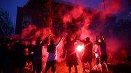 Video: Phớt lờ dịch COVID-19, fan Liverpool tổ chức ăn mừng vô địch Premier League