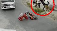 Video: Cô gái ngã vào gầm xe tải, tài xế bị hành hung