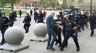 Video: Đình chỉ cảnh sát xô cụ ông 75 tuổi ngã đập đầu xuống đất