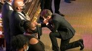 Video: Thị trưởng Minneapolis quỳ khóc trước quan tài George Floyd