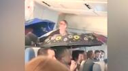 Video: Máy bay bị dột, nước nhỏ ướt nhiều hàng ghế khiến hành khách phải dùng dù che