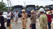 Video: Hàng chục người dân vây trạm thu phí, chặn xe trên quốc lộ