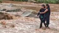 Video: Hai cô gái mắc kẹt giữa dòng lũ vì mải mê chụp ảnh 'tự sướng'