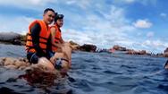Video: Ca sĩ Quang Vinh, Phạm Quỳnh Anh bị chỉ trích vì ngồi lên san hô