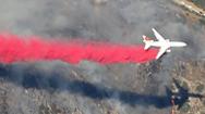 Video: Dùng trực thăng và máy bay rải hóa chất, thả bom nước dập cháy rừng