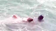 Video: Đang đứng chụp hình cưới bị sóng ập đến cuốn ra biển