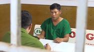Video: Túm cổ áo khách hành hương đòi tiền 'phục vụ'