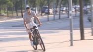 Video: Pique đi xe đạp tới sân vận động trước giờ thi đấu
