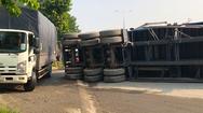Video: Xe container lật nhào chắn ngang đường, kẹt xe nghiêm trọng ở Bình Dương