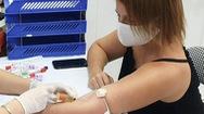 Video: Nữ bệnh nhân quốc tịch Mỹ bay từ TP.HCM ra Hà Nội để hiến huyết tương