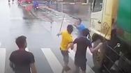 Video: Tài xế cầm tuýp sắt đuổi đánh nhau trên đường