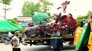 Video: Container đâm nát xe ôtô 4 chỗ đang chờ đỏ, 3 người tử vong
