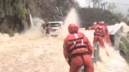 Video: Ném dây thừng giải cứu 3 người mắc kẹt trong ôtô giữa dòng nước lũ