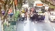 Video: Hàng chục người hợp sức cứu cô gái bị xe buýt cuốn vào gầm