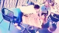 Video: Nhảy qua hàng rào quán ăn hòng bắt cóc bé gái 4 tuổi ở Nam Phi